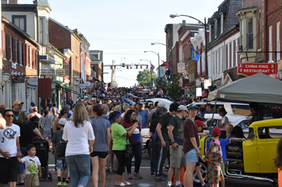 Crowd on King Street during the 2017 Leesburg Car Show