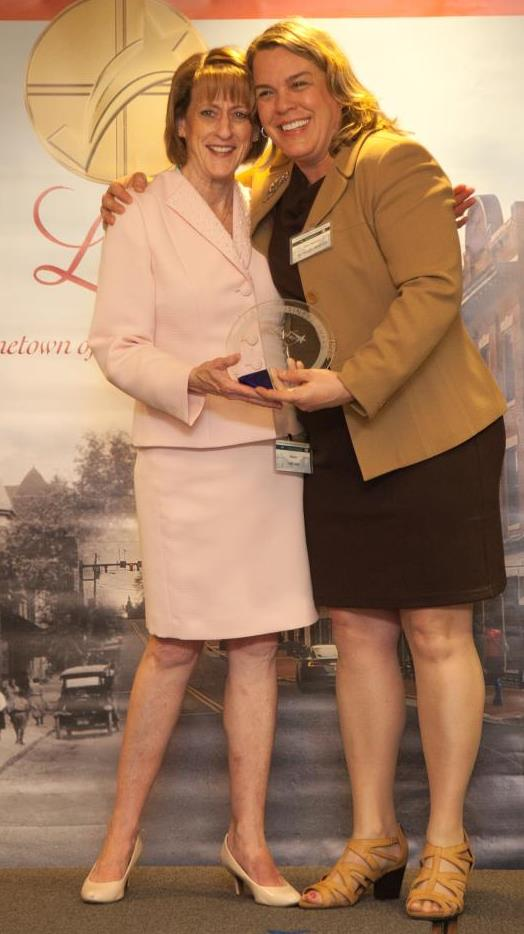 Mayor Kelly Burk presents Amy Manson with the Clay and Metal Loft an award at the Leesburg Business Award Ceremony.